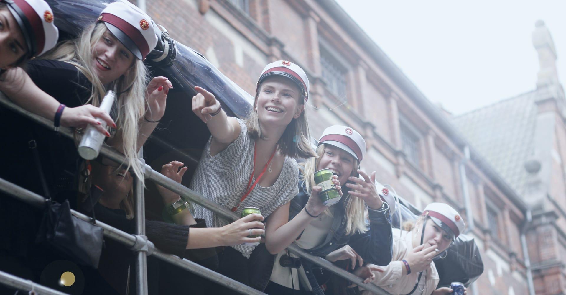 Dansk-Studenterkørsel-fest-på-vognen