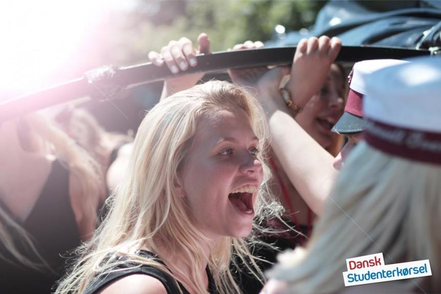 glad student med smil på læben og sol i håret